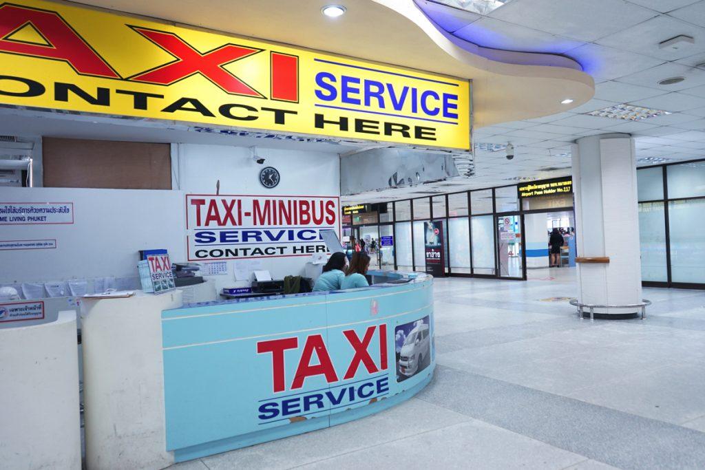 カオラックまでの移動はタクシーカウンターで。