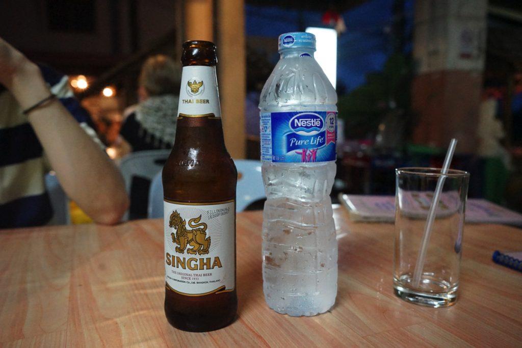 カオラック旅行記:バンニャン市場のレストラン「KHRUA KHAO LAK」ビールと水