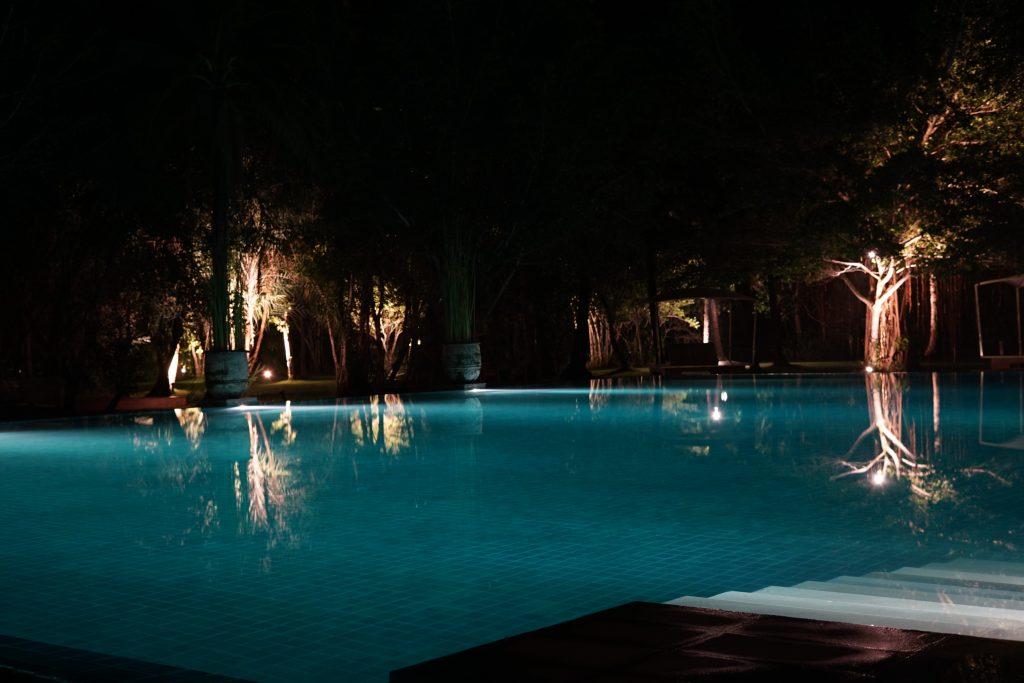 夜のサロジンのプール
