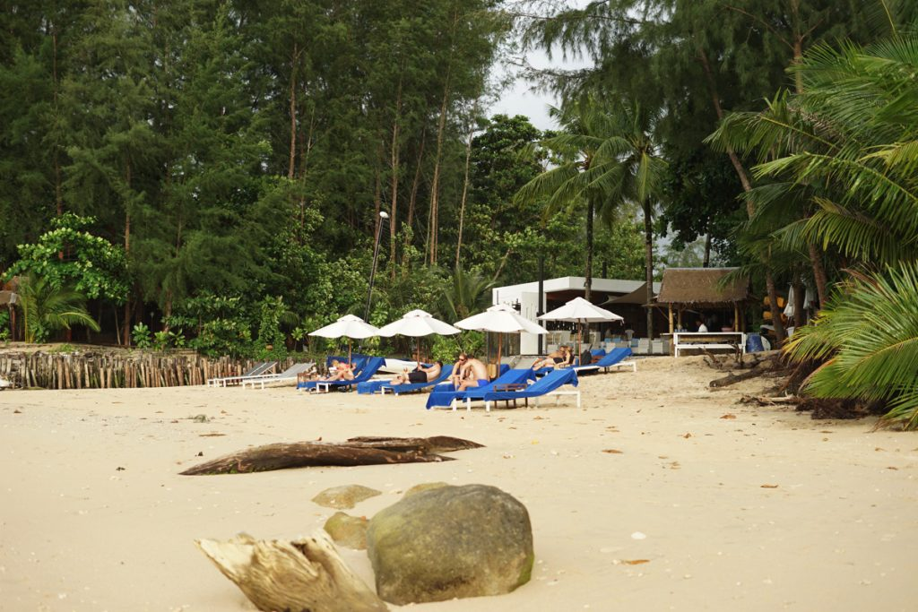 カオラック旅行記:サロジンのビーチとパラソル