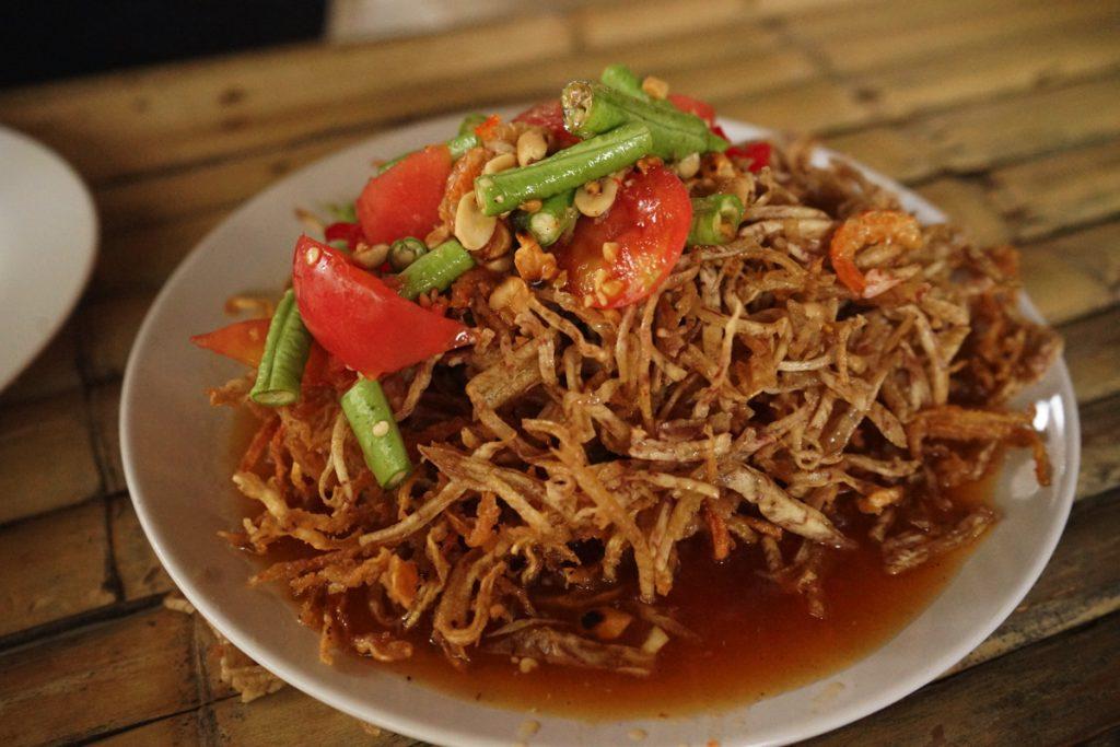 カオラック旅行記:バンニャン市場から徒歩10分にあるクルア・カオラックの料理、ソムタム・トー(揚げパパイヤサラダ)
