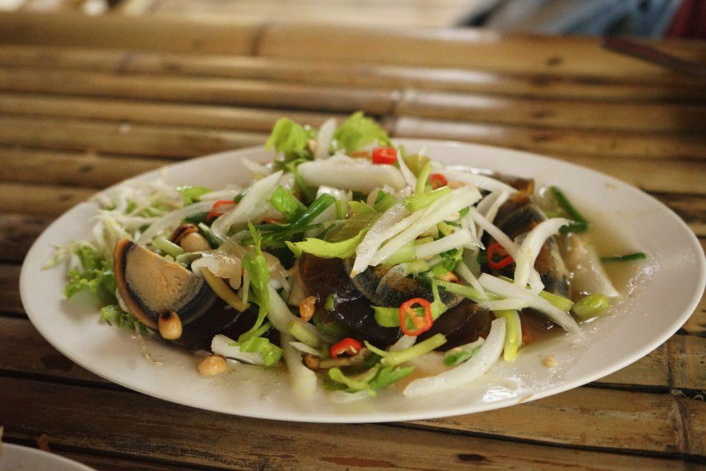 カオラック旅行記:バンニャン市場から徒歩10分にあるクルア・カオラックの料理、ピータンサラダ