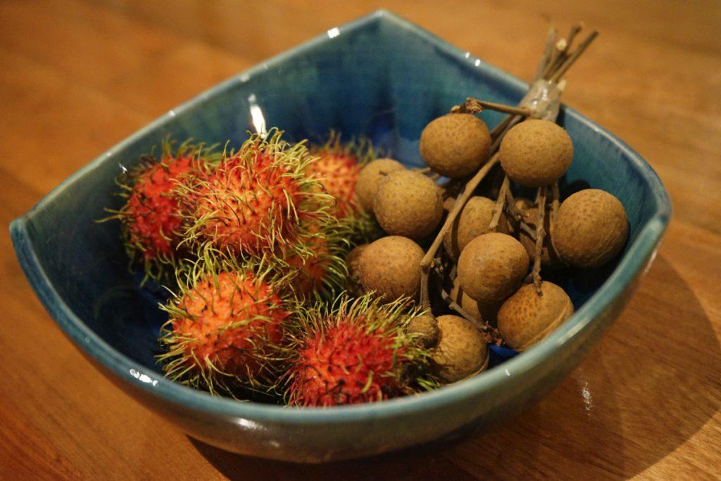 カオラック旅行記:サロジン(The sarojin)の部屋にあるフルーツ(ランブータン・マンゴスチン・ラムヤイ・みかん・りんご)は食べ放題
