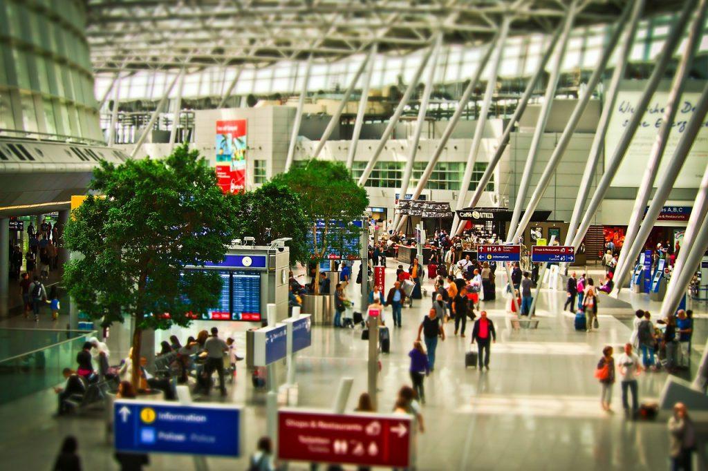 空港の人混みのイメージ