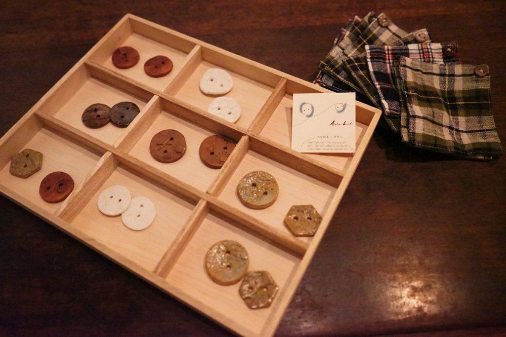 てとてと食堂 @クワランカ・カフェ_ボタンの箸置きとシャツのコースター