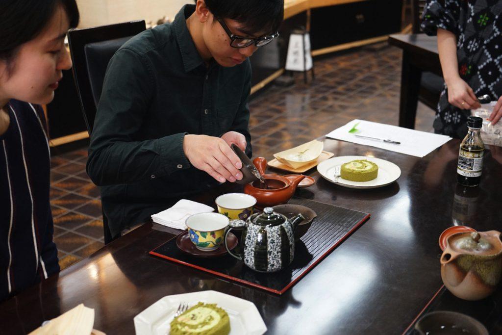 てとてと_日本茶飲み比べ_お湯を注ぐ